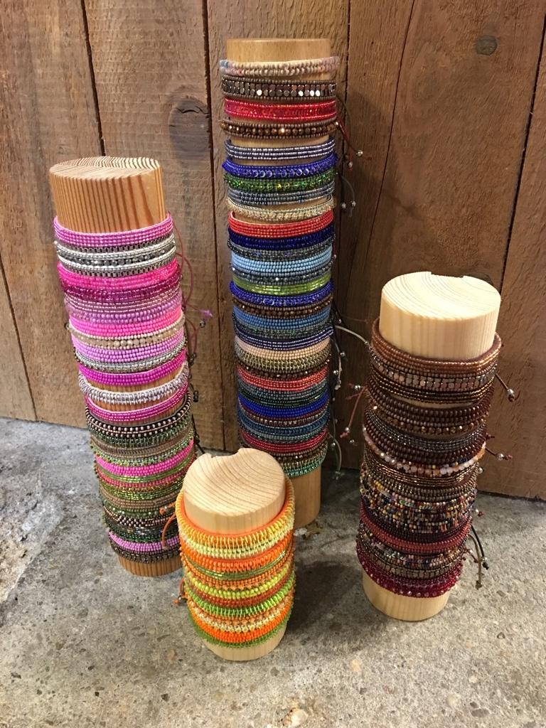 Bunte Armbänder von Namaste