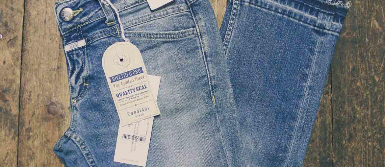 Offener Saum an Jeanshose jetzt neuer Modetrend