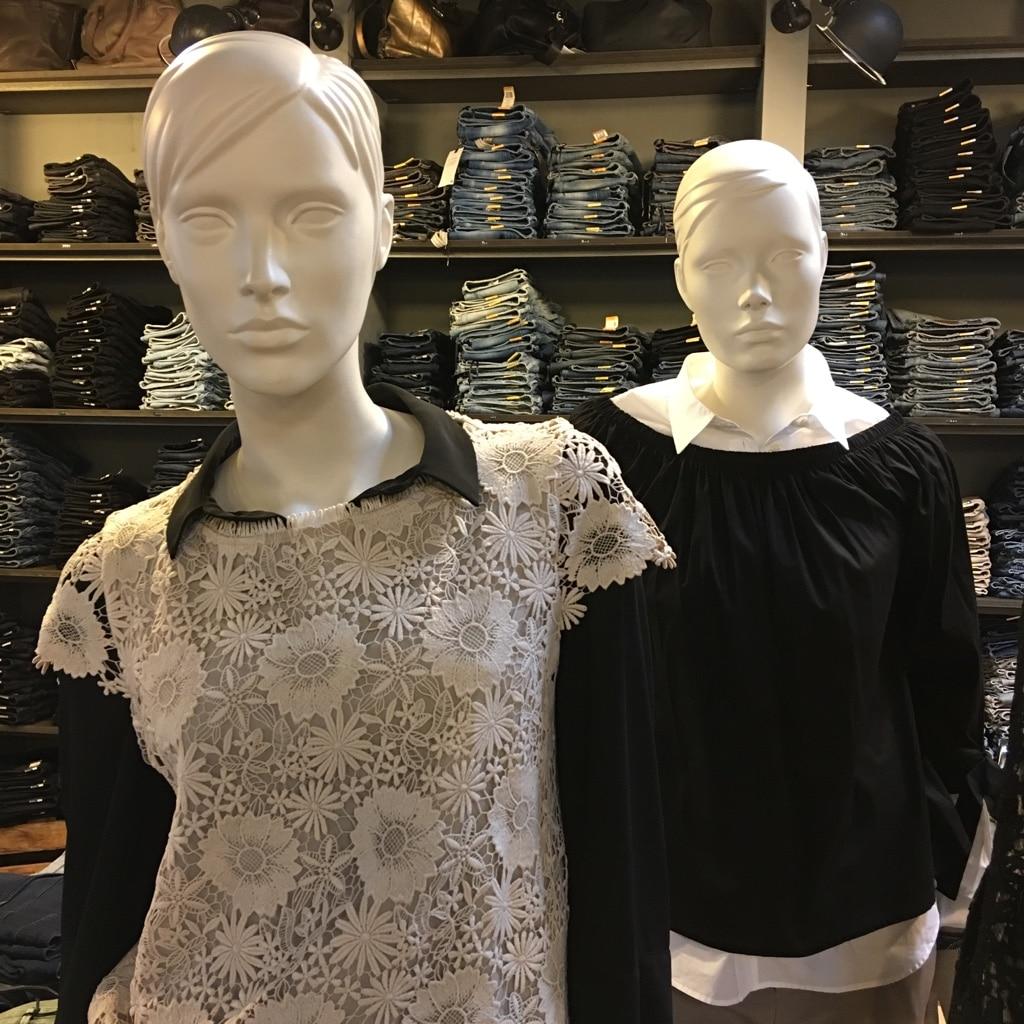 Blusen in schwarz und weiß