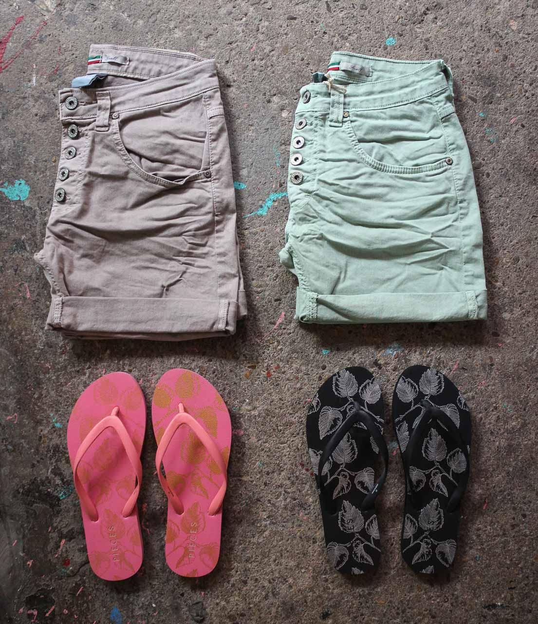 Shorts und Flip Flops