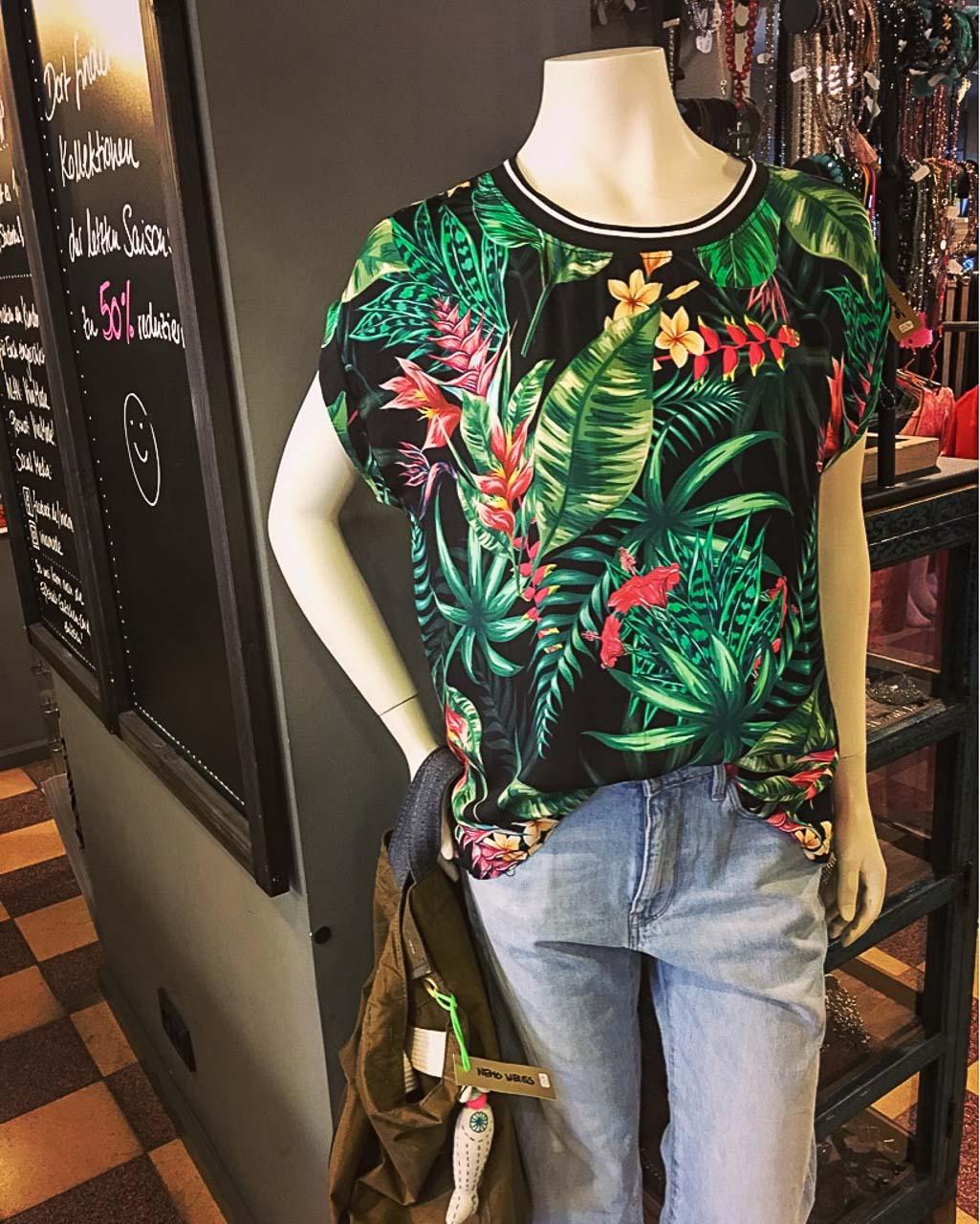 Tropical Shirt und Boyfriend Jeans